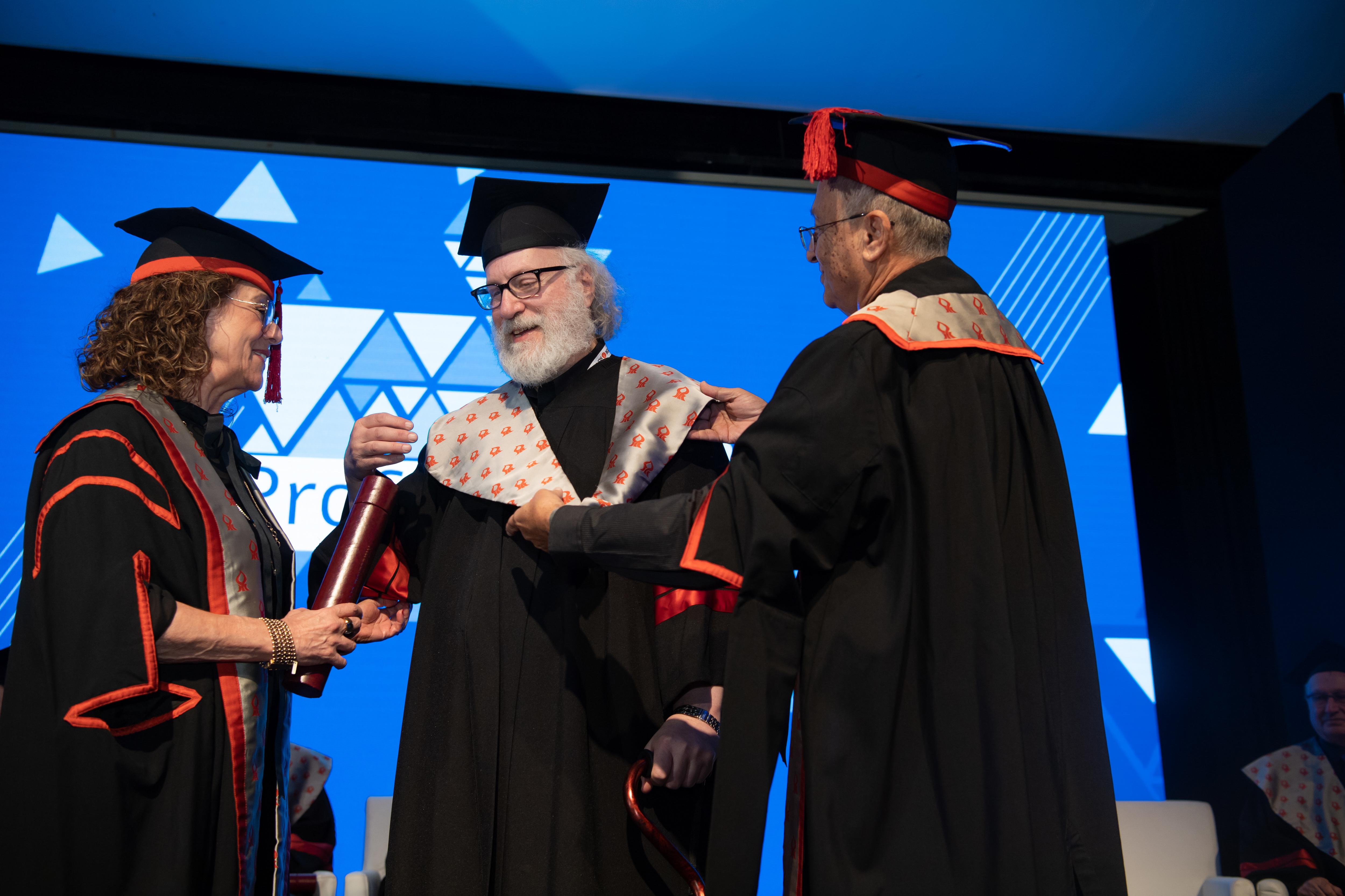 פרופ' קארי נלסון יחד עם נשיאת האוניברסיטה, פרופ' רבקה כרמי והרקטור, פרופ' צבי הכהן. דני מכליס, אוניברסיטת בן-גוריון בנגב
